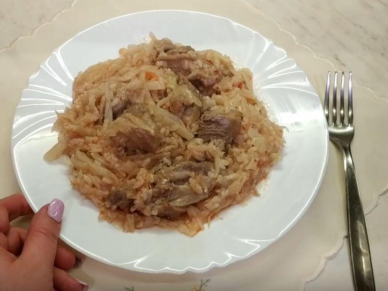 приготовить тушёную капусту с мясом и рисом