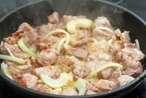 свинину на сковороде мягкой и сочной 3