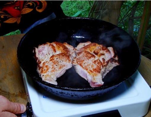 свиной стейк на сковороде 5