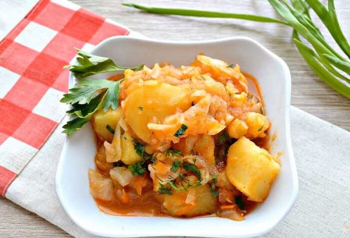 Картошка, тушенная с мясом, капустой и томатной пастой