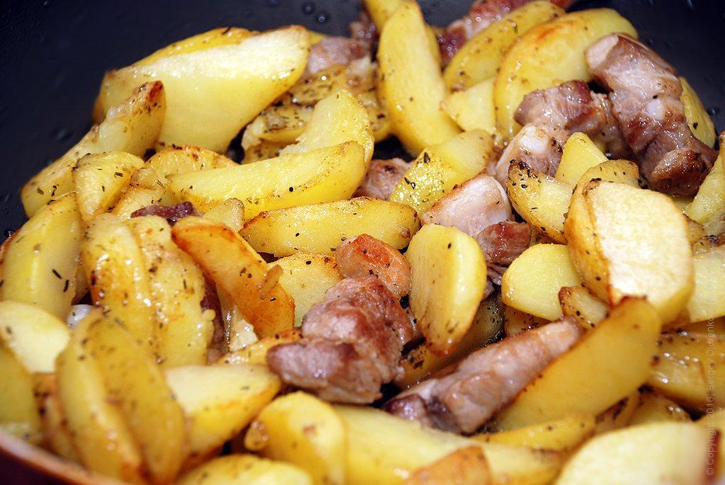 Как приготовить Картошка жареная насковороде. Шаг 11: Добавить картофель
