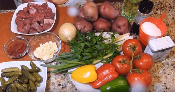Подготовим для азу с говядиной все продукты. Говядину нарежем кусочками. Чистим овощи, при этом помидоры измельчаем блендером или трем на крупной терке.