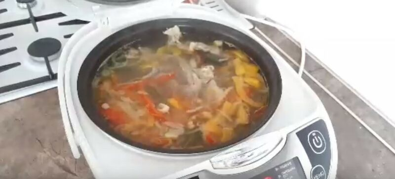 добавляем в говяжий бульон овощи, соль и специи