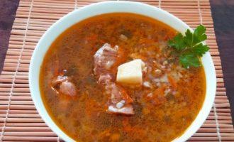 Подача супа из говядины и гречки