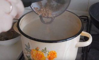 Промытую гречку добавляем в суп