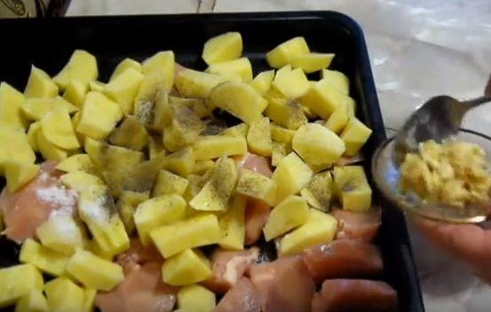 Простой рецепт картофеля с мясом под майонезом 3