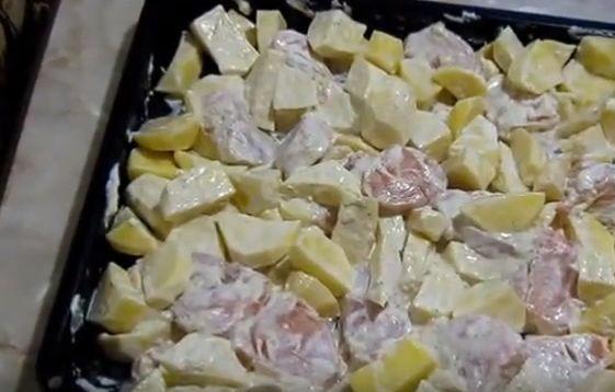 Простой рецепт картофеля с мясом под майонезом 4