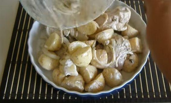 Приготовление мяса и картофеля с сыром и сметаной 2