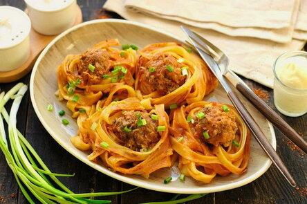 Гнезда с фаршем с томатной пастой на сковороде