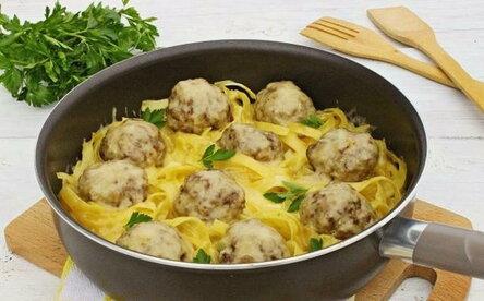 Гнезда из макарон с фаршем со сливками на сковороде
