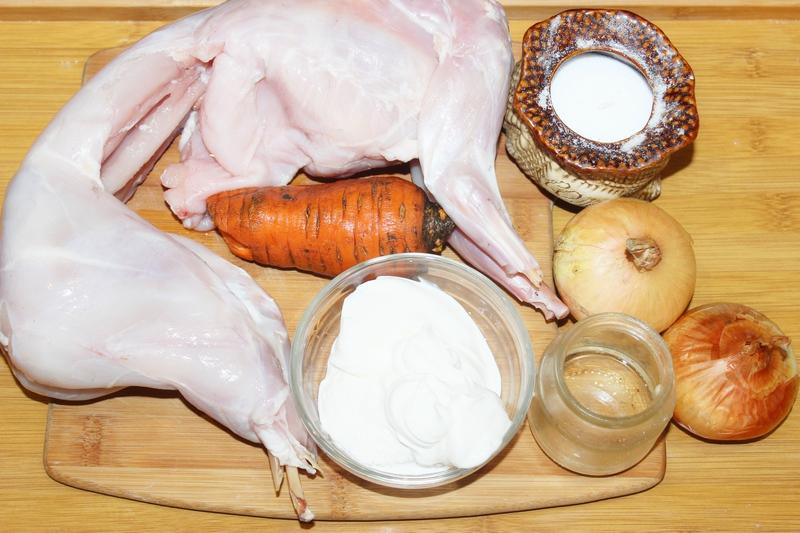 Ингредиенты для кролика тушеного в сметане на сковороде