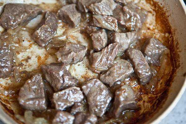 Как приготовить гуляш из говядины, чтобы мясо было мягким? 7 рецептов гуляша с подливкой этап 10