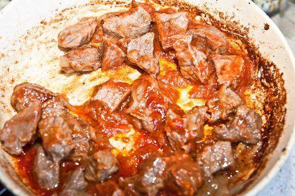 Как приготовить гуляш из говядины, чтобы мясо было мягким? 7 рецептов гуляша с подливкой этап 12
