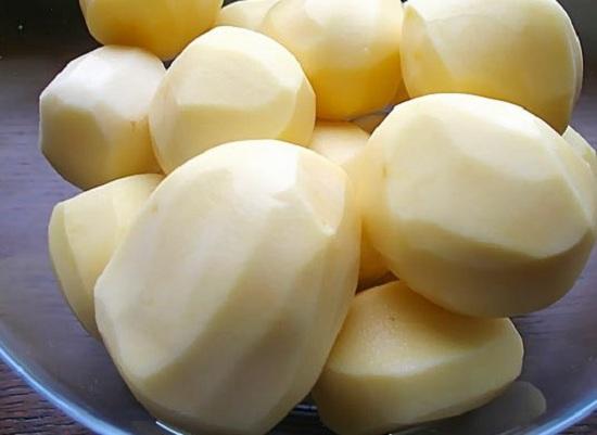 Очистим и промоем картофельные корнеплоды