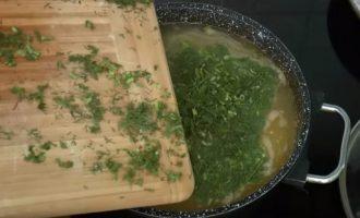 Добавляем укроп в суп