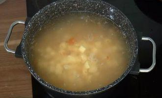 Закидываем картошку в суп на бульоне из баранины