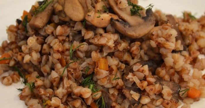 Гречка с грибами и мясом приготовленная в мультиварке