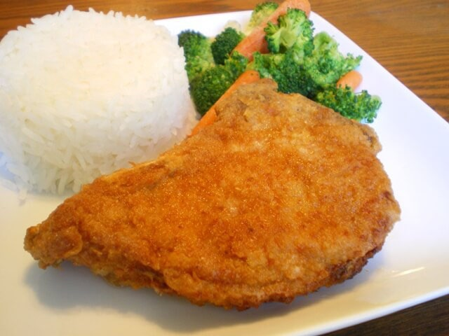 Отбивное мясо на сковороде в кляре