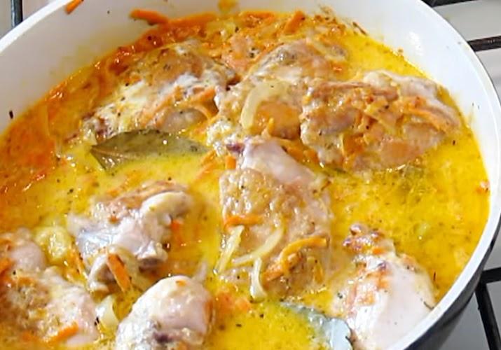 кролик в сметанном соусе в сковороде